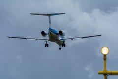 Landningflygplan på landningsbanan Gula trafikljus från landningsbanan framtill royaltyfria foton