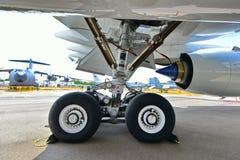 Landningkugghjul av den qatariska flygbussen A350-900 XWB på Singapore Airshow Royaltyfri Foto