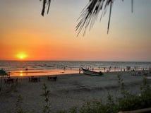 Landningsögonblick av solen i havet royaltyfri bild