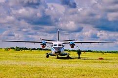 Landningsbana för nivåer av litet flygplan Arkivbild