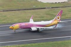 Landningsbana för Nokair landninghandlag på den phuket flygplatsen Arkivbild