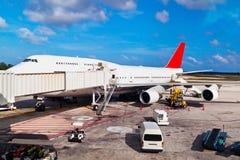Landningsbana i den Cancun flygplatsen arkivfoto