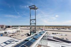 Landningsbana och portar för Frankfurt flygplats Royaltyfri Fotografi