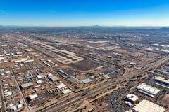 Landningsbanor av en stor kommersiell flygplats i ökensydvästerna royaltyfri foto
