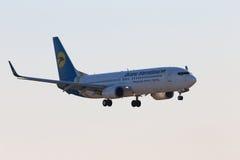 LandningUkraine International Airlines Boeing 737-800 flygplan Royaltyfri Foto