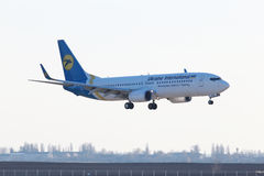 LandningUkraine International Airlines Boeing 737-800 flygplan Arkivfoto