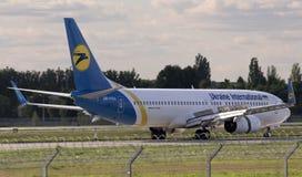 LandningUkraine International Airlines Boeing 737-800 flygplan Royaltyfria Foton