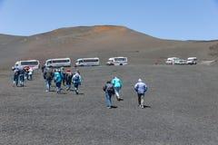 Landrovers ands τουρίστες που επισκέπτονται το vulcano του υποστηρίγματος Etna, Σικελία Στοκ φωτογραφία με δικαίωμα ελεύθερης χρήσης