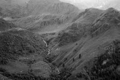 Landsacpe della montagna nel monocromio fotografia stock