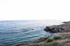 Landsape e vista del mare o del mare della natura della spiaggia dell'Oman, acqua profonda con le rocce, bei carte da parati ed a Immagini Stock