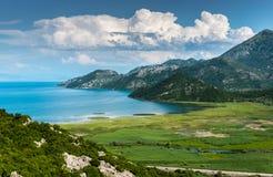 Landsape område av Skadar sjön med berget Royaltyfri Fotografi