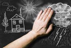 画与在黑板的白垩:在landsc的云彩 免版税库存照片