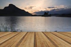 Landsca bonito impressionante das reflexões do nascer do sol da montanha e do lago Fotografia de Stock