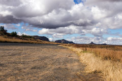Landscap orange de montagne d'hiver d'Asphalt Road Running Through Dry photographie stock