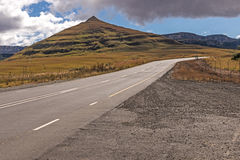 Landscap orange de montagne d'hiver d'Asphalt Road Running Through Dry photos libres de droits