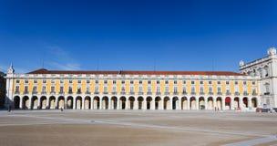 Landscape beskådar av storartad byggnad i enorma Praca Del Comercio Kvadrera i Lisbon royaltyfri foto