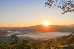 0Landscape des Bergblicks zur Sonnenaufgangzeit Stockbilder