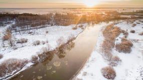 landscape floden kom den övre vintern för dimmasolnedgången Arkivfoto