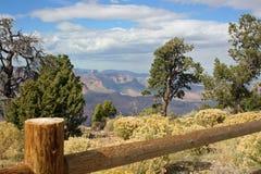 Landscape med ett staket och ett grand Canyon i bacen arkivfoton