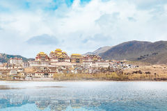 Landscape with tibetan monastery and lake in china.jpg Royalty Free Stock Photography