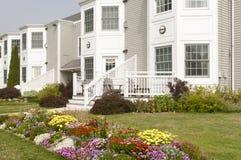 landscaped flowerbeds квартиры Стоковое Изображение RF