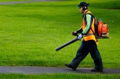 Landscaper λειτουργών ανεμιστήρας φύλλων βενζίνης Στοκ εικόνα με δικαίωμα ελεύθερης χρήσης
