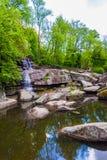 Landscapesee mit einem Wasserfall Lizenzfreie Stockbilder