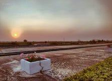 Landscapesoluppgång på drevstationen i Thailand arkivbild