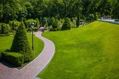 landscaping сада путь сада Красивейшая задняя часть стоковые фотографии rf