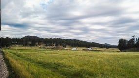 Landscapr des Bauernhofes neben der Eisenbahn Stockfotos