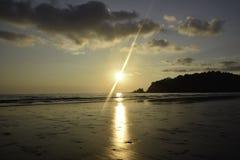 landscapt do mar - por do sol na praia em Tailândia fotografia de stock