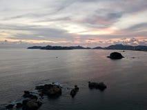 Landschaft in Acapulco-Hauptbucht an der Dämmerung stockbilder