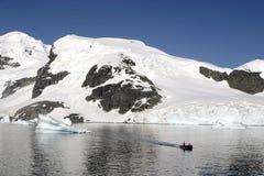 Landschaft in Antarktik und im Gummiboot Stockbilder