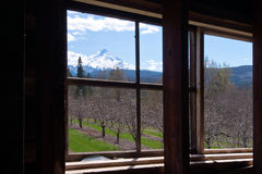 Landschaft außerhalb des Fensters des alten Hauses stockfotos