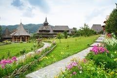Landschaft-Barsana-Kloster - Maramures lizenzfreie stockfotografie