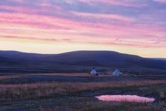 Landschaft bei Sonnenaufgang, Wohnungen von Nomaden, Russland, Yamal lizenzfreies stockbild