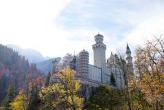 Landschaft berühmten schönen Neuschwanstein-Schlosses stockbild