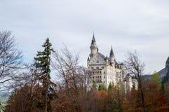 Landschaft berühmten schönen Neuschwanstein-Schlosses stockbilder