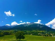 Landschaft: Berge, Himmel und die Stadt Stockfoto