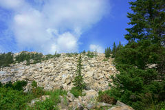 Landschaft, Berge, Himmel, Wald, Steine Lizenzfreies Stockfoto