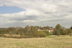 landschaft Das Dorf ist auf einem Hügel Frühling Stockfotos