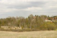 landschaft Das Dorf ist auf einem Hügel Frühling Stockbilder