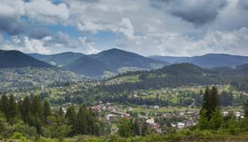Landschaft in den Karpaty-Bergen Ansicht des Dorfs lizenzfreie stockbilder