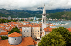 Landschaft der alten Stadt mit roten Dächern und hohem Turm stockfotos