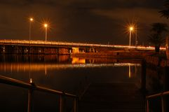 Landschaft der Anlegestelle und des Piers nachts Stockbild