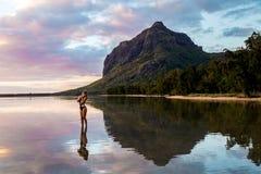 Landschaft der Frau bei Sonnenuntergang auf Mauritius-Insel stockfotos