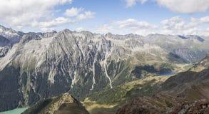 Landschaft der Gebirgsspitzen, Tal, Seen in den Alpen. Stockbilder