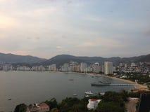 Landschaft der goldenen Zone von Acapulco-Bucht, während des Sonnenuntergangs Lizenzfreies Stockfoto