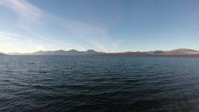 Landschaft der hohen See mit Wellen und Gebirgsinseln stock video footage