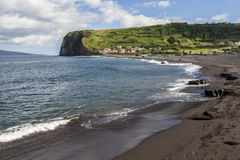 Landschaft der Küste des Atlantiks mit sonnigem Tag der Wellen, in den Azoren Stockfotos